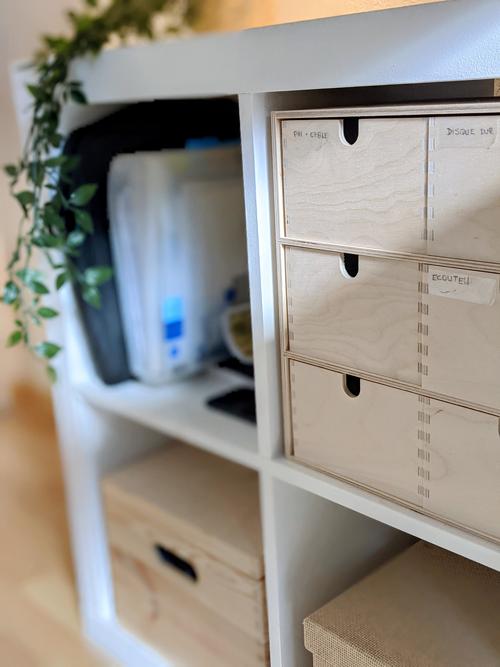 Organisation de mon travail en freelance : des boîtes de rangement pour que tout soit à sa place.